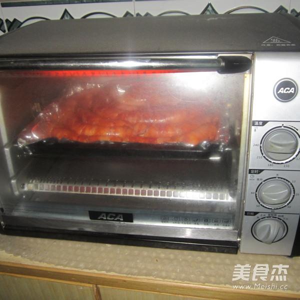 烤<a href=/shicai/rouqin/ZhuRou/index.html target=_blank><u>猪肉</u></a><a href=/shicai/rouqin/XiangChang/index.html target=_blank><u>香肠</u></a>的做法
