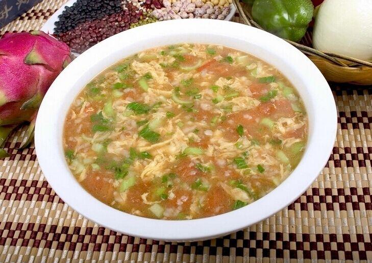 炒出汤汁; 3、接着加入适量的水开始煮,此时我们面粉放入容器中,缓缓加水,搅成絮状; 4、待锅中水开后转成小火,然后倒入面絮,搅拌,然后加入盐,生抽; 5、接着倒入蛋液,搅散成蛋花,煮两分钟后放入小葱碎,滴上香油即可。 如何做疙瘩汤:老北京疙瘩汤  疙瘩汤在北方比较常见,不过各地的做法略有不同。 食材准备 面粉200克,清水60克,