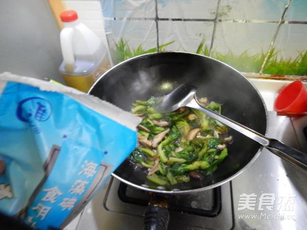 <a href=/shicai/shucai/YouCai/index.html target=_blank><u>油菜</u></a>炒<a href=/shicai/shucai/XiangGu/index.html target=_blank><u>香菇</u></a>的做法