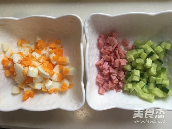 快手早餐——<a href=/shicai/rouqin/JiDan/index.html target=_blank><u>鸡蛋</u></a>三明治的做法