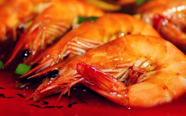 怎么样,是不是特别简单,现在学会就回家做给自己最爱的人吃吧。这道油焖大虾其实做起来并没有想象之中那样难,因为虾中含有丰富的蛋白质,是一种不可多得的健康的水产品。但是爱吃的吃货儿们,不要因为美味就一直吃哦,要知道油焖大虾的热量可是比较高的,尤其是想要减肥的美眉们要特别注意了,只要偶尔解解嘴馋就可以了,贪吃可是会长胖的,那种怎么吃的女生就无所谓了!