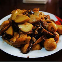<a href=/shicai/shucai/XiangGu/index.html target=_blank><u>香菇</u></a>素鸡炒肉的做法
