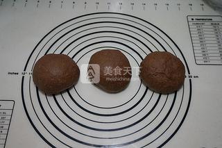 13.将麻糬团擀成厚约3毫米的长方形片,再用刮板平均分成三份   14.取