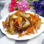 胡萝卜丝炒洋葱的做法