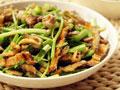 油炸鳗鱼干,升级芹菜一起炒的做法