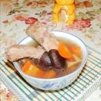 胡萝卜香菇排骨汤的做法