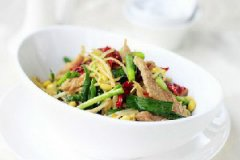 黄豆芽韭菜辣皮子炒肉的家常做法