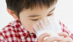 宝宝多大可以喝牛奶_宝宝发烧能喝牛奶吗_一岁宝宝可以喝牛奶吗