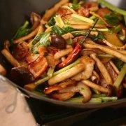 腊肉干锅茶树菇的做法视频