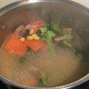 西兰花排骨汤的做法