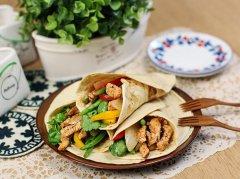 新鲜蔬菜鸡肉卷饼的做法视频