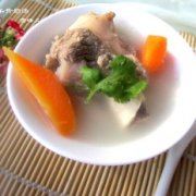 胡萝卜羊骨奶汤的做法