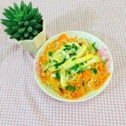 胡萝卜鸡蛋炒面的做法