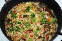 私房酸菜鱼汤煮鱼面的做法