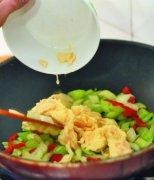 【芹菜叶子炒鸡蛋】芹菜叶子炒鸡蛋的做法_芹菜叶子炒鸡蛋的做法技巧