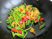 西红柿蒜薹炒鸡蛋的做法