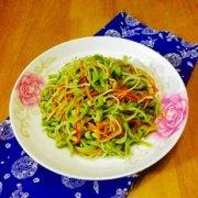 胡萝卜芽菜炒面的做法
