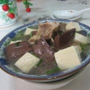 猪血豆腐猪骨汤的做法