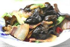黑木耳炒腊肉的做法