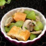 丝瓜蘑菇炒油条的做法
