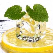 【柠檬怎么吃】柠檬片泡水的功效_柠檬水的功效与作用
