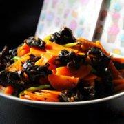 胡萝卜烩木耳的做法