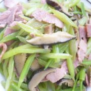 香菇炒芹菜的做法