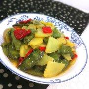 梅豆炖土豆辣椒的做法