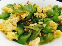 海鲜味苦瓜炒蛋的做法